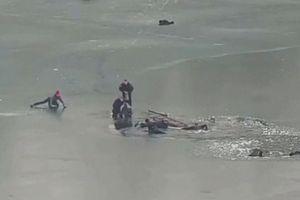 Cảnh sát giải cứu 4 người đàn ông kẹt dưới sông băng