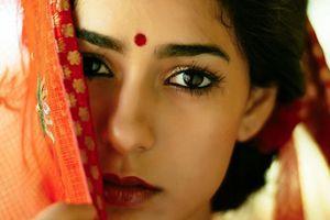 Dấu chấm đỏ trên trán phụ nữ Ấn Độ có ý nghĩa gì?
