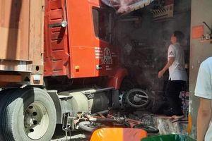 Tai nạn giao thông mới nhất hôm nay 5/3: Xe đầu kéo tông sập nhà dân ở TP Hồ Chí Minh, một người chết