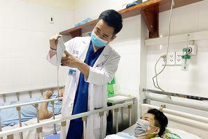 Bác sĩ cưa thanh sắt cứu thanh niên bị đâm vào mặt