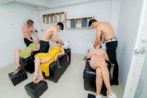 Thuê trai 6 múi cởi trần phục vụ khách, salon tóc gây tranh cãi