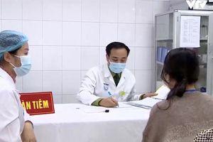 Tình nguyện viên được kiểm tra sức khỏe sau tiêm vaccine COVID-19 thế nào?