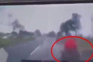Khoảnh khắc kinh hoàng ô tô đâm liên hoàn xe máy, ô tô khiến 3 người thương vong