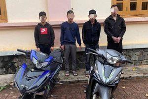 Bắt giữ khẩn cấp 4 thanh thiếu niên dùng gậy 3 khúc đánh người cướp tài sản