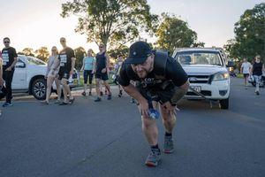 'Dị nhân' vừa chạy marathon vừa kéo xe tải 1,5 tấn