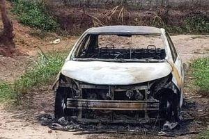 Tạm giữ khẩn cấp gã đàn ông chém người, đốt ô tô