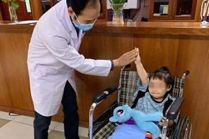 Bé gái rơi từ tầng 12 chung cư ở Hà Nội cười tươi rói khi xuất viện