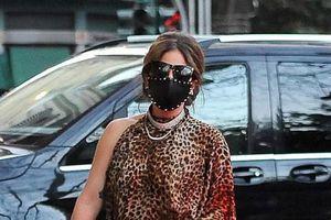 Lady Gaga tái xuất trẻ trung trên phố sau khi công khai bạn trai