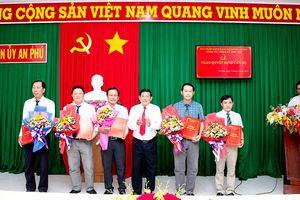 Ban Thường vụ Huyện ủy An Phú trao quyết định công tác cán bộ