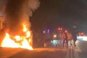 Bình Dương: Ô tô bán tải tông xe máy rồi bốc cháy dữ dội