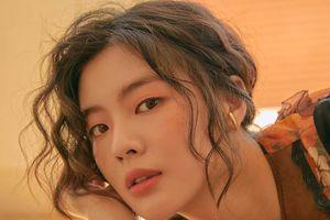 Bạn gái Lee Kwang Soo giống Song Hye Kyo và Irene