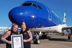 Cặp vợ chồng cùng kéo chiếc máy bay nặng 48 tấn