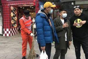 La Chí Tường giả làm công nhân vệ sinh trên phố