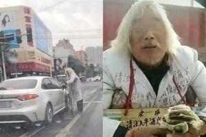 Sáng chống gậy đi ăn xin, chiều cụ ông lái xe sang tới quầy VIP ngân hàng gửi tiền tiết kiệm