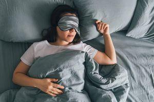 Ngủ nướng cuối tuần có thể ảnh hưởng đến tim, gây trầm cảm và nhiều vấn đề sức khỏe khác
