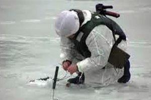 Lính công binh Nga nổ mìn phá dòng sông băng