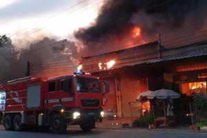 Bình Dương: Dãy kiot và một nhà dân cháy dữ dội