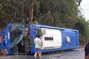 Xe giường nằm chở 19 hành khách bị lật ở Kon Tum