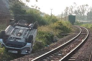 Ô tô 7 chỗ bị tàu hỏa tông văng, 3 người thương vong