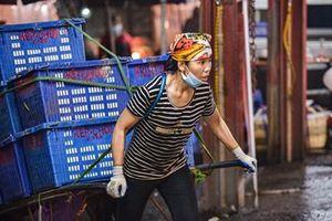 Chuyện về những nữ cửu vạn đêm ở chợ đầu mối Long Biên