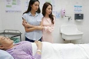 Chăm mẹ chồng nằm viện, nàng dâu gây tranh cãi vì diện áo xuyên thấu