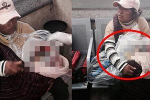 Người phụ nữ nghèo ngồi ôm chặt túi nylon ở bến xe, người dân lập tức báo cảnh sát khi thấy thứ bên trong