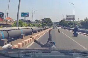 Dừng xe nhặt tiền rơi, người đàn ông bị Mercedes tông ngã