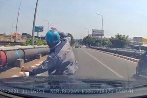 Dừng xe nhặt tiền rơi, người đàn ông bị Mercedes tông trúng