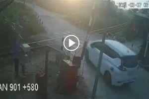 Khoảnh khắc ôtô bị tàu hỏa húc văng hàng chục mét, gia đình 3 người thương vong