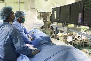 Cần Thơ: Hai ê kíp can thiệp cùng lúc cứu sống 2 bệnh nhân liệt nửa người