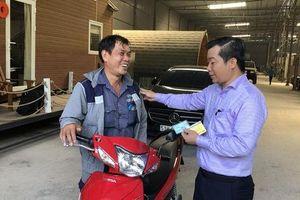 Cái kết khó tin cho người đàn ông bất cẩn va chạm xe máy với ôtô