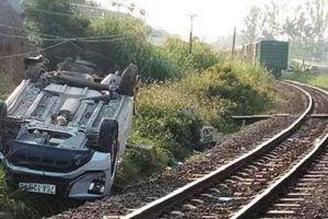 Tin giao thông đến sáng 8/3: Ô tô 'vượt đầu tàu', bé trai tử vong; lật xe khách chở 19 người
