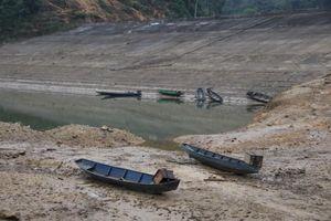 Cận cảnh lòng hồ thủy điện Hủa Na cạn nước kỷ lục