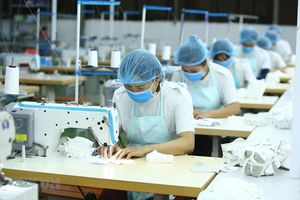 Gánh nặng kép cản trở bình đẳng việc làm và tiền lương của lao động nữ