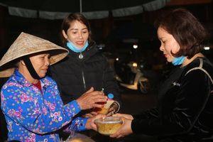 Người phụ nữ tự tay nấu hàng trăm suất ăn làm quà 8/3 cho người vô gia cư