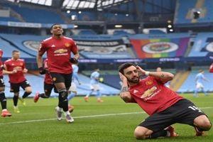 Man City 0-2 M.U: Man 'xanh' đứt mạch bất bại