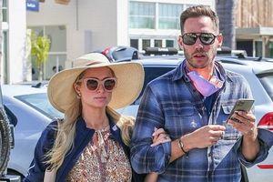 Paris Hilton xinh đẹp đi mua sắm cùng tình trẻ sau màn cầu hôn lãng mạn
