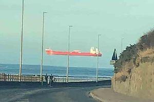 'Thuyền ma' bay lơ lửng xuất hiện khắp nước Anh, dân hoang mang