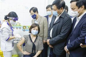 Việt Nam chính thức tiêm vắc xin COVID-19 của AstraZeneca