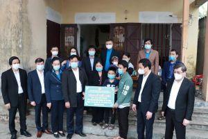 Thứ trưởng Đỗ Xuân Tuyên thăm hỏi nhân viên y tế bị tử vong khi tham gia chống dịch