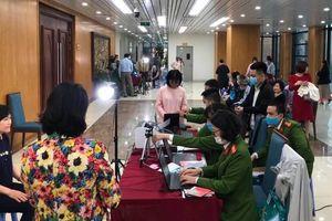 Hà Nội: Công an tăng ca đêm làm căn cước công dân cho người dân