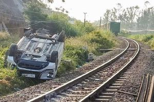 Tàu hỏa tông ô tô ở Quảng Ngãi: Trách nhiệm nhân viên gác chắn?
