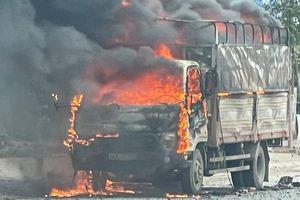 Cận cảnh ô tô chở bật lửa bốc cháy ngùn ngụt trên quốc lộ 18