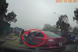 Khoảnh khắc quay đầu xe, nữ tài xế tông liên tiếp 3 ô tô trên đường
