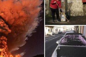 Núi lửa phun trào 4 lần trong 6 ngày, người dân xám mặt vì tro