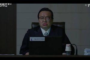 'Vincenzo': Song Joong Ki được mệnh danh 'thánh phá hoại' khi tiếp tục cho ong đốt sưng mặt thẩm phán