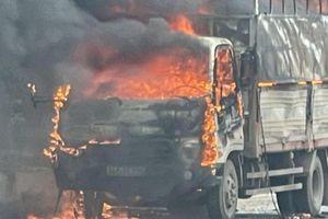 Ô tô chở hàng vạn chiếc bật lửa bốc cháy ngùn ngụt trên quốc lộ 18
