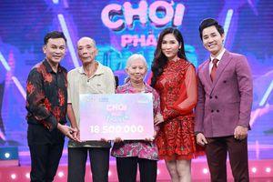 Hữu Quốc, Như Huỳnh và MC Nguyên Khang tặng tiền cho nhân vật
