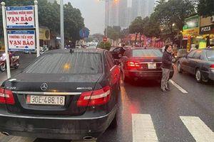 Hai xe Mercedes-Benz biển số 'như đúc', một chiếc mang biển giả