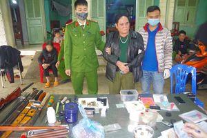 Khám xét, thu giữ nhiều vũ khí tại nhà đối tượng tàng trữ ma túy